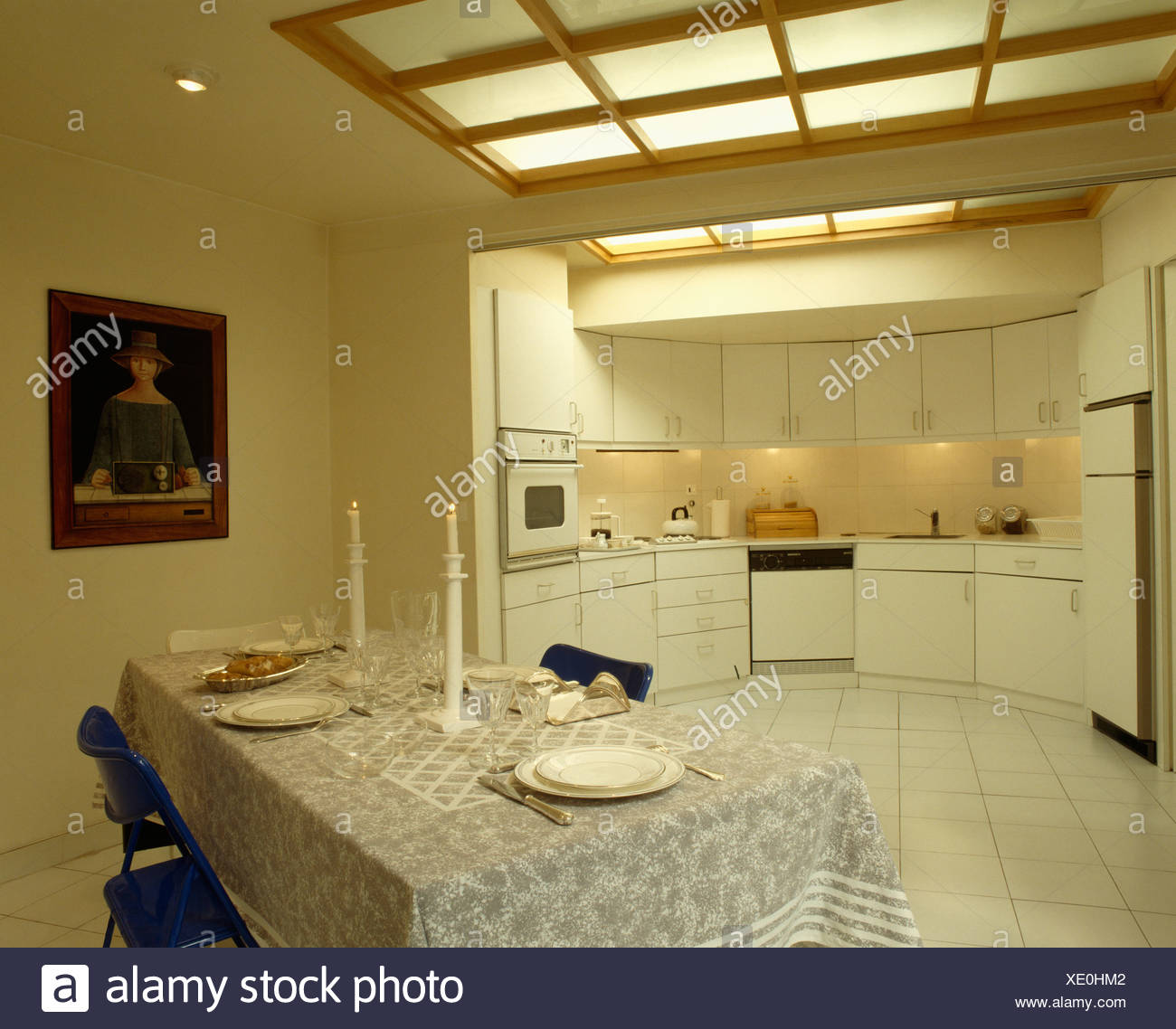 Moderner weiße Küche mit Glas verkleidet Beleuchtung in Decke und ...