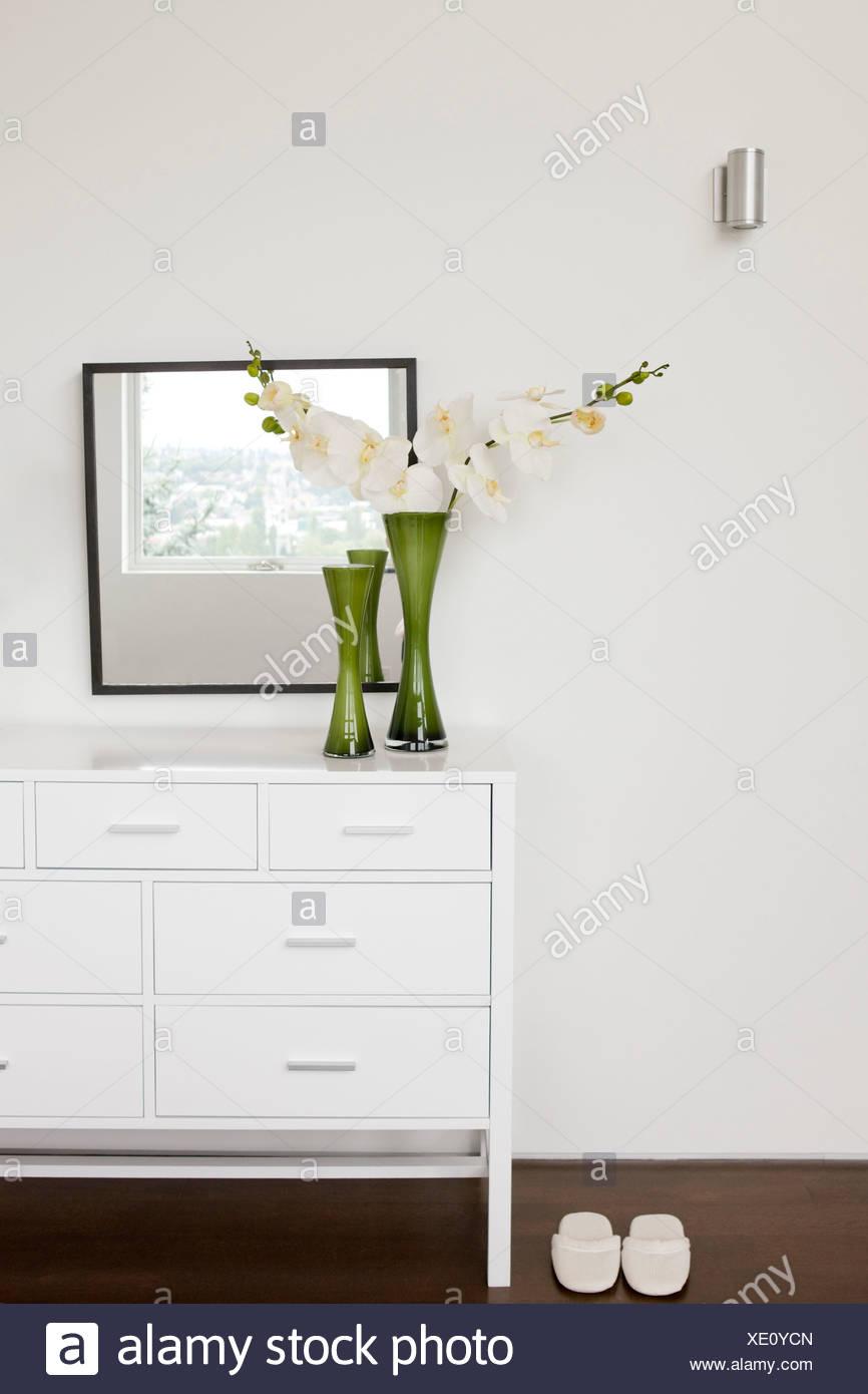 Vase mit Blumen auf Schlafzimmer-Kommode Stockfoto, Bild: 283992597 ...