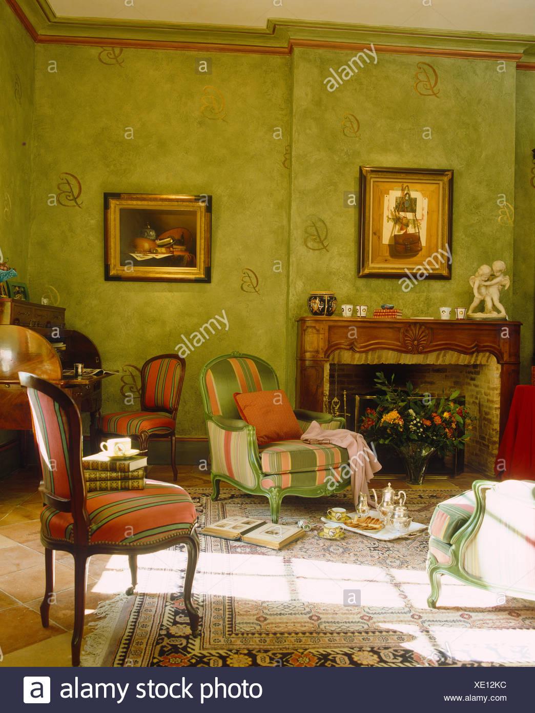 Rot + grün gestreifte gepolsterte Stühle im sonnigen grünes Land ...
