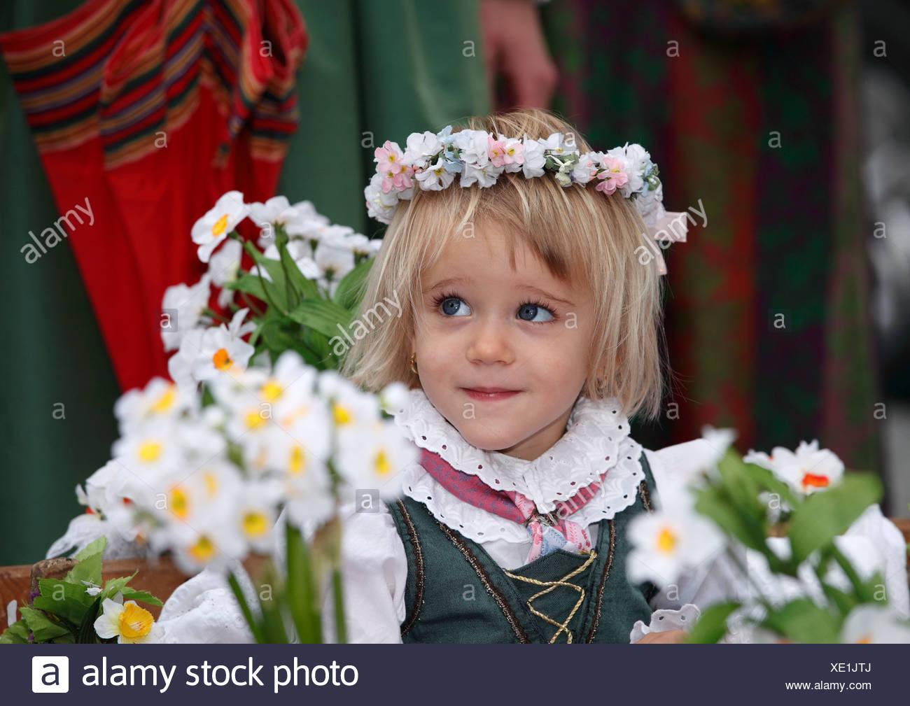 Mädchen mit Blumen Kranz, Narzissenfest Narcissus-Festival in Bad Aussee, Ausseer Land, Salzkammergut Region, Steiermark, Österreich, Eur Stockbild