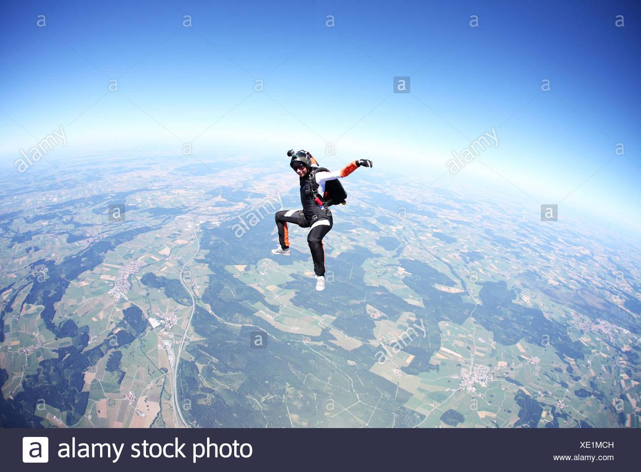 Weibliche Fallschirmspringer freien Fall über Leutkirch, Bayern, Deutschland Stockbild