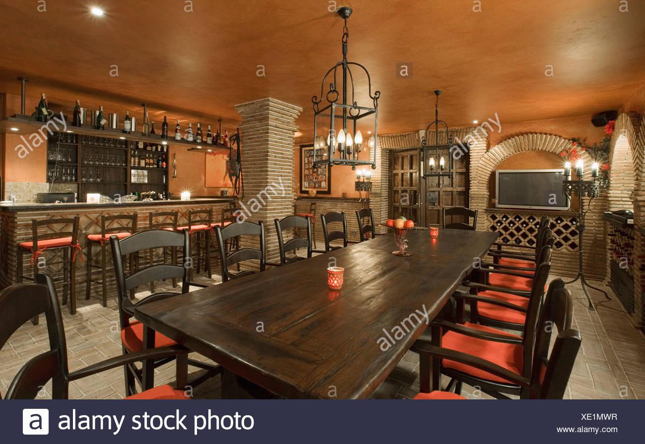 Laterne Oben Lange Eichentisch Mit Schwarzen Stuhlen Mit Roten