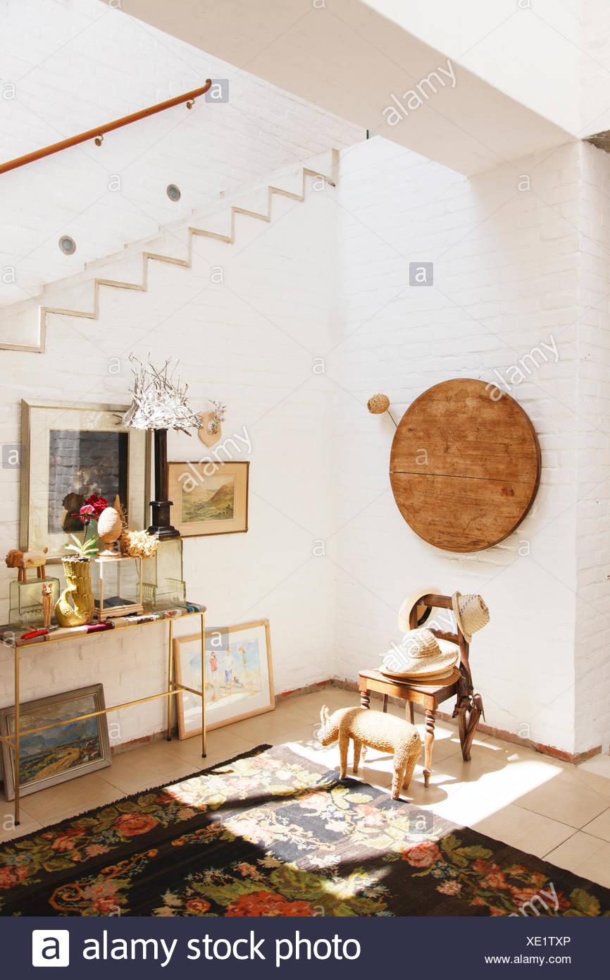 Stuhl und Wandbehang im Landhaus Stockbild