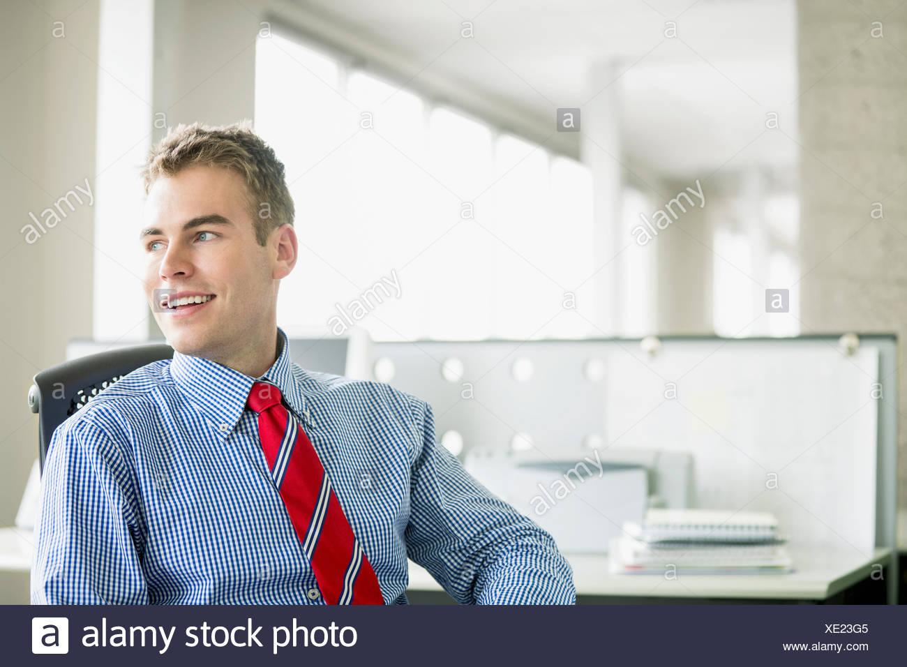 hübsche, junge Erwachsene Geschäftsmann im Büro Stockbild