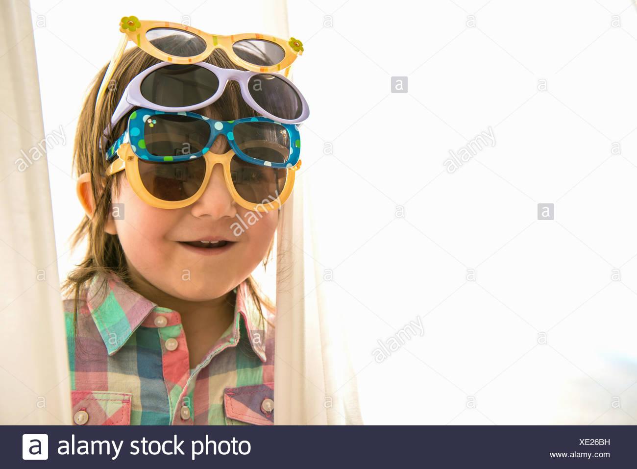 Mädchen tragen vier Paare von Sonnenbrillen Stockbild