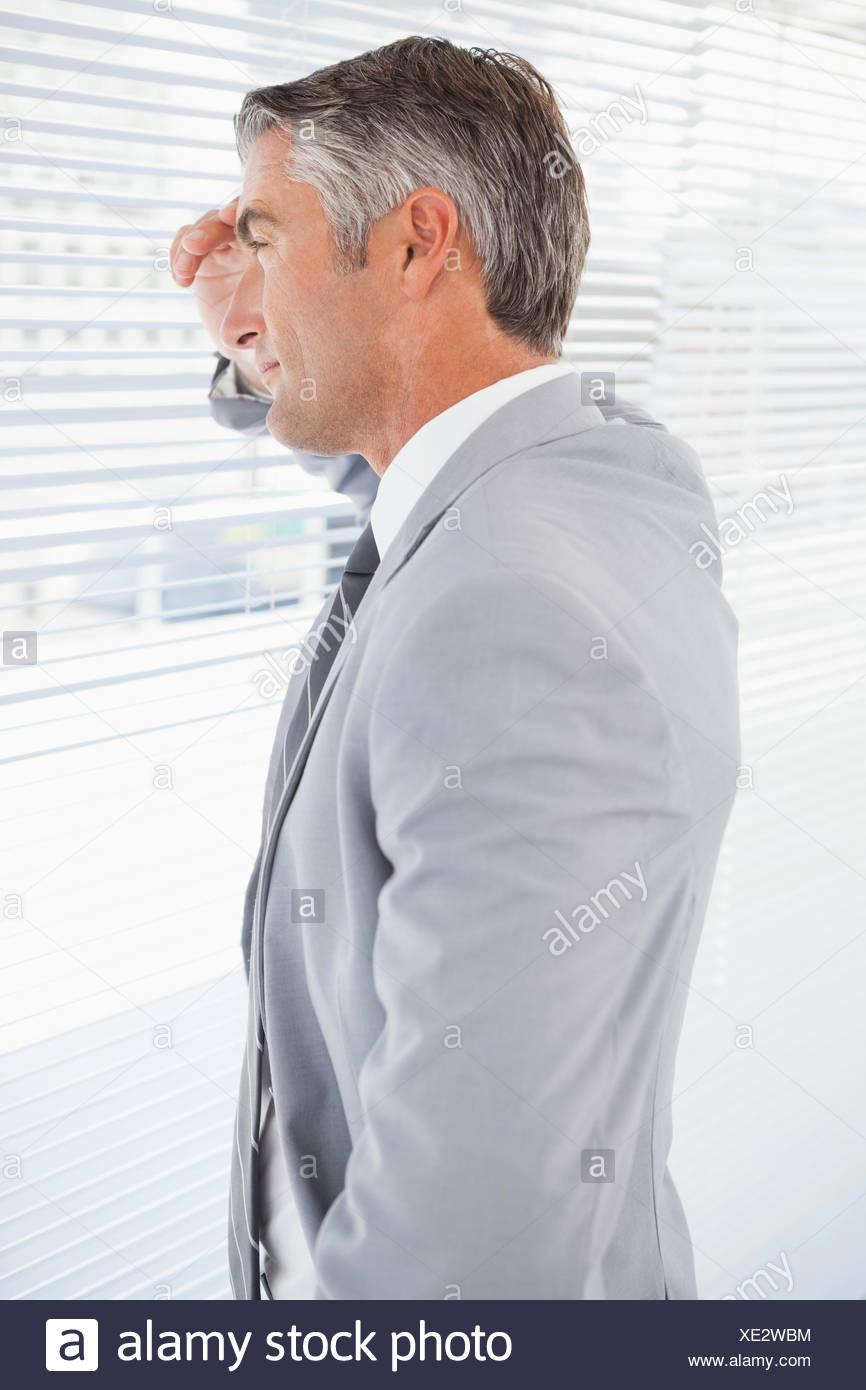 Geschäftsmann mit schmerzhaften Kopfschmerzen Stockbild