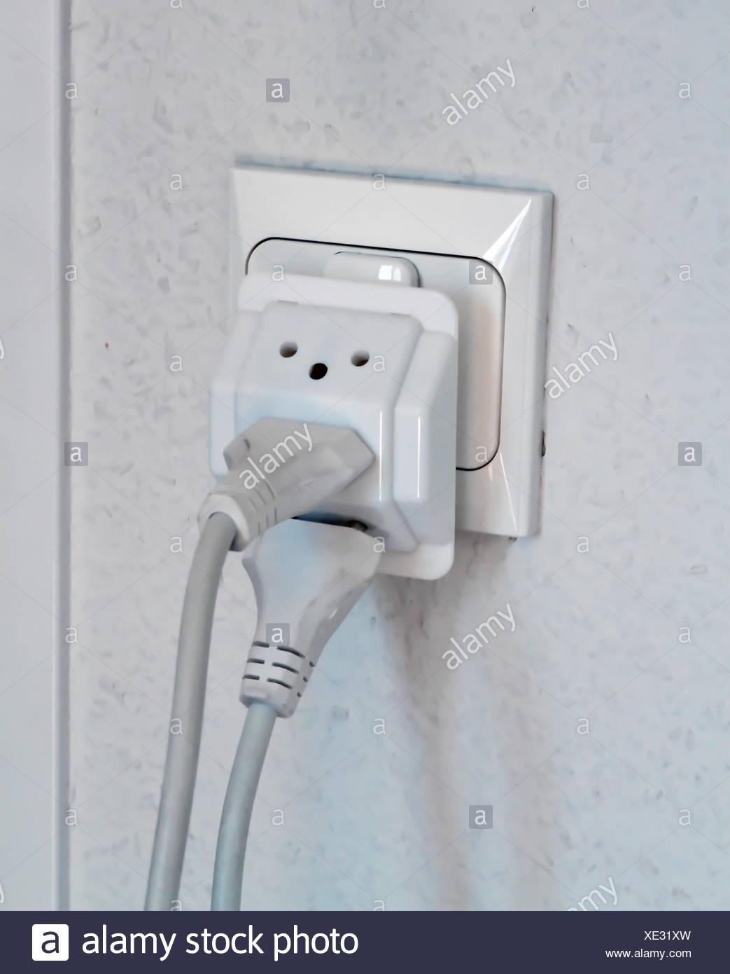 Mehrere elektrische Stecker in Wand Steckdose, Schweiz, Europa ...