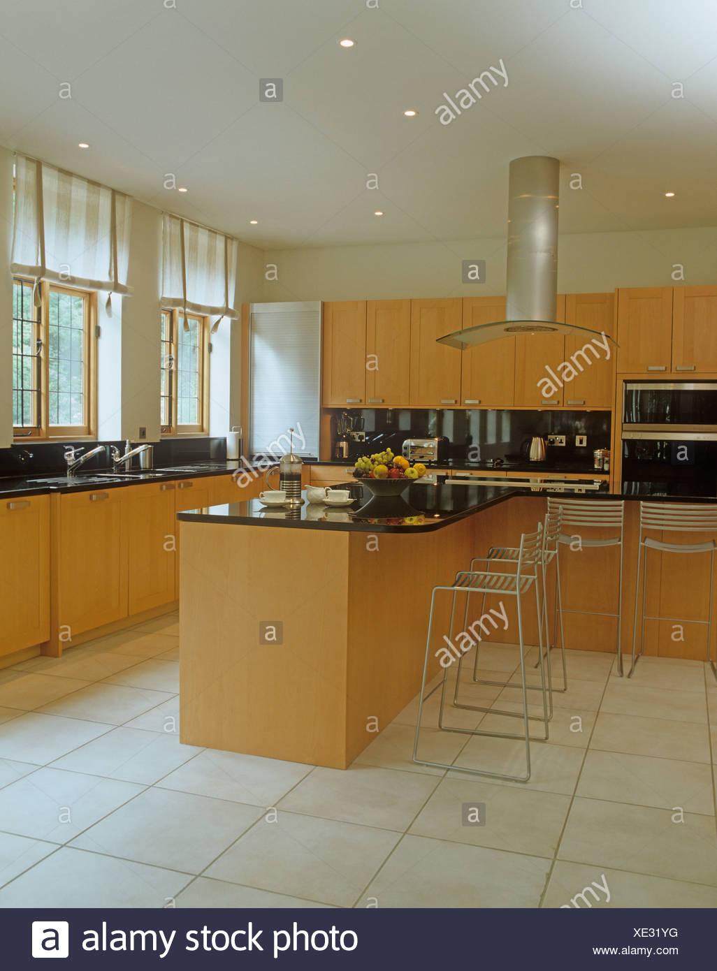 Steinböden in modernen Küche mit Metall Hocker bei Insel Einheit mit ...