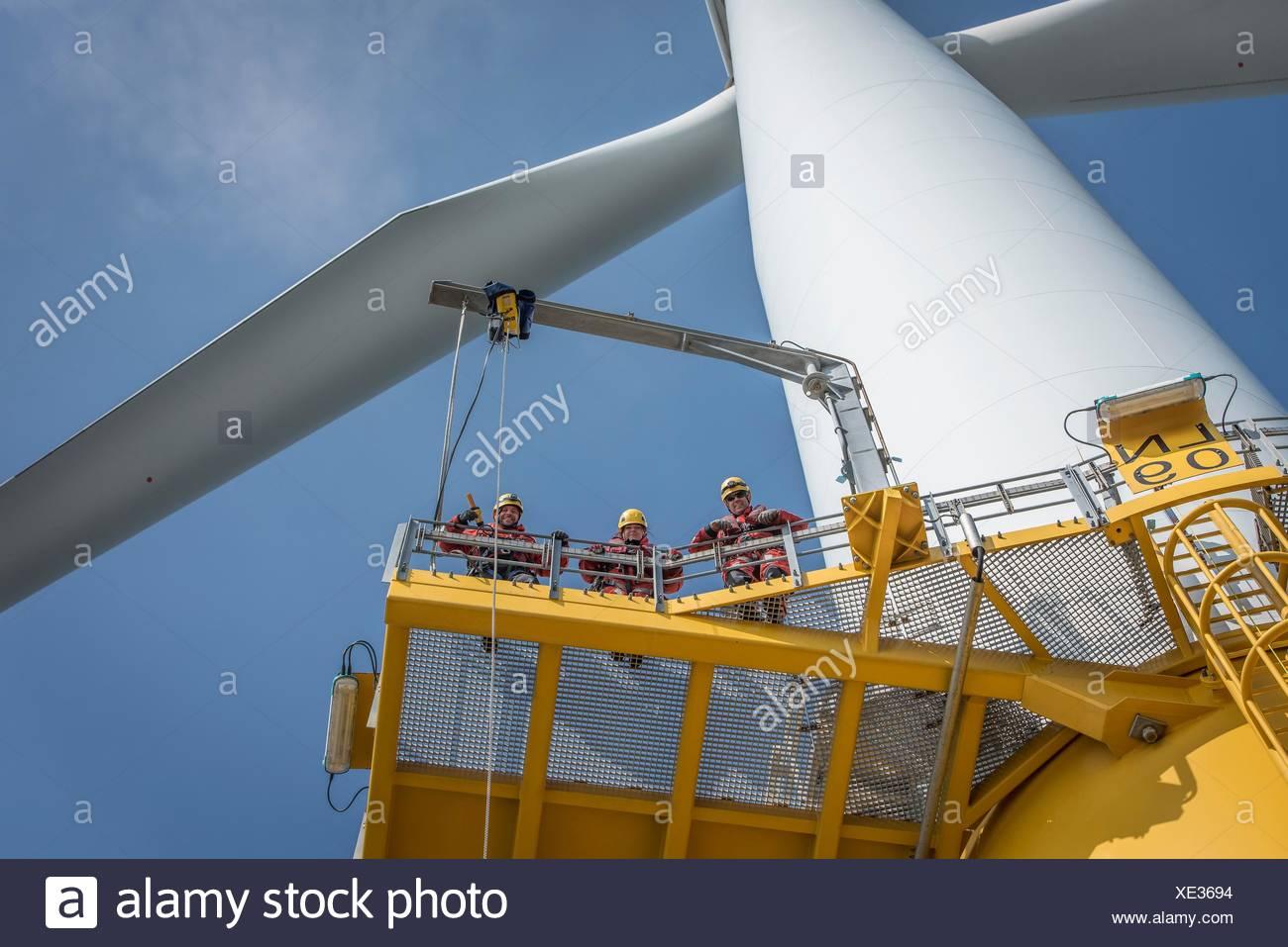 Porträt von Ingenieuren auf Windkraftanlagen im Offshore-Windpark Stockbild