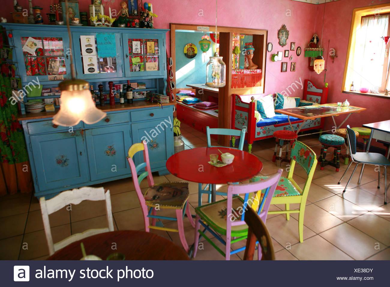 farbige mobel in einem cafe