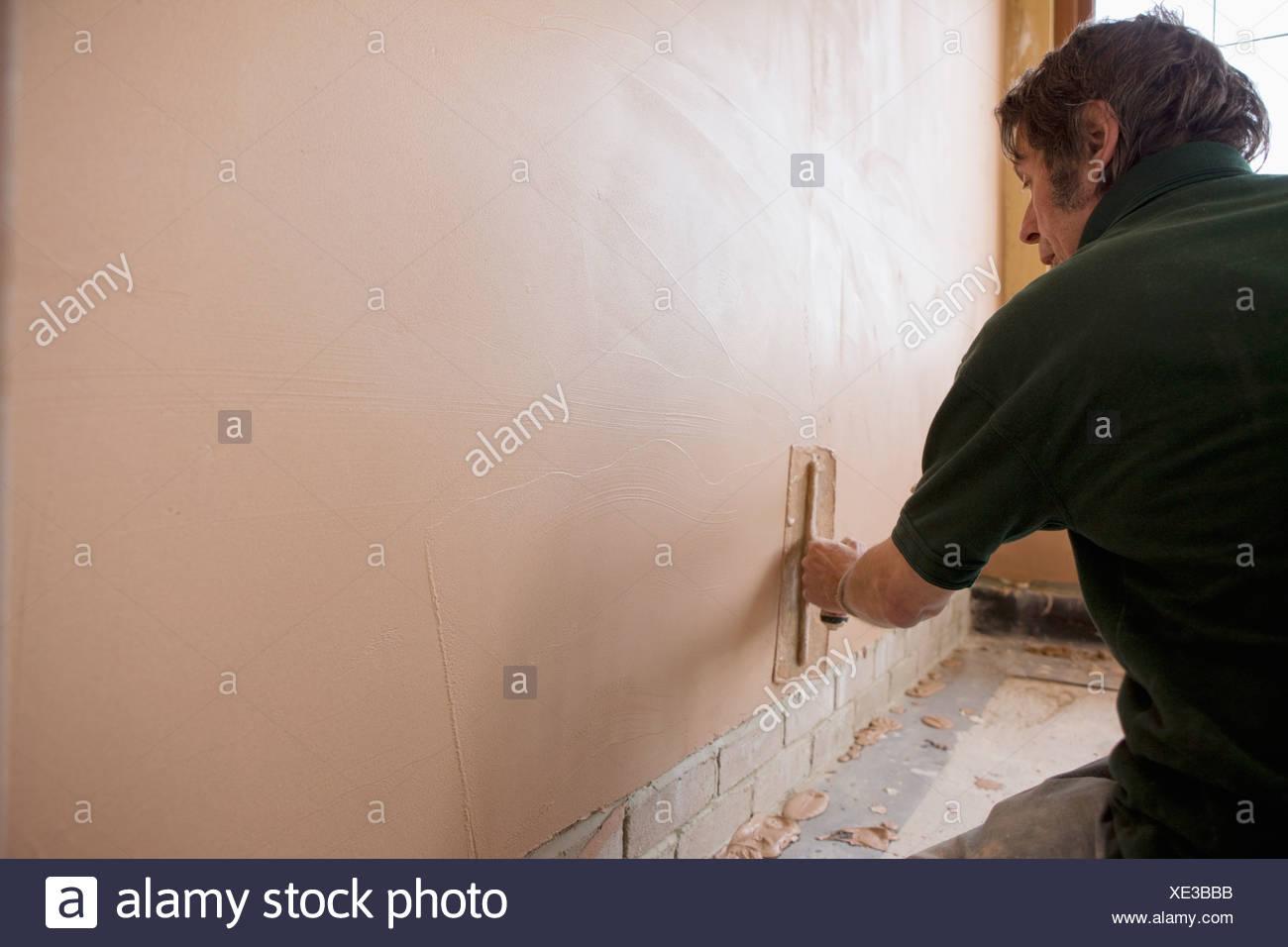 Man Verputzen Wand mit Kelle Stockfoto, Bild: 284045871 - Alamy