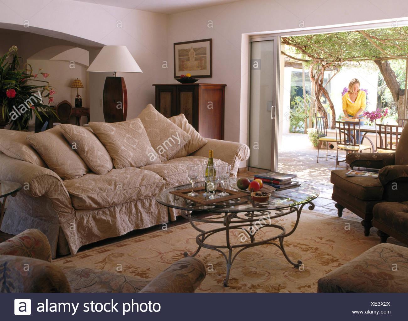 Glas Gekrönt, Couchtisch Und Große Beige Sofa Mit In Französische Land  Wohnzimmer Mit Blick Auf Frau Auf Terrasse