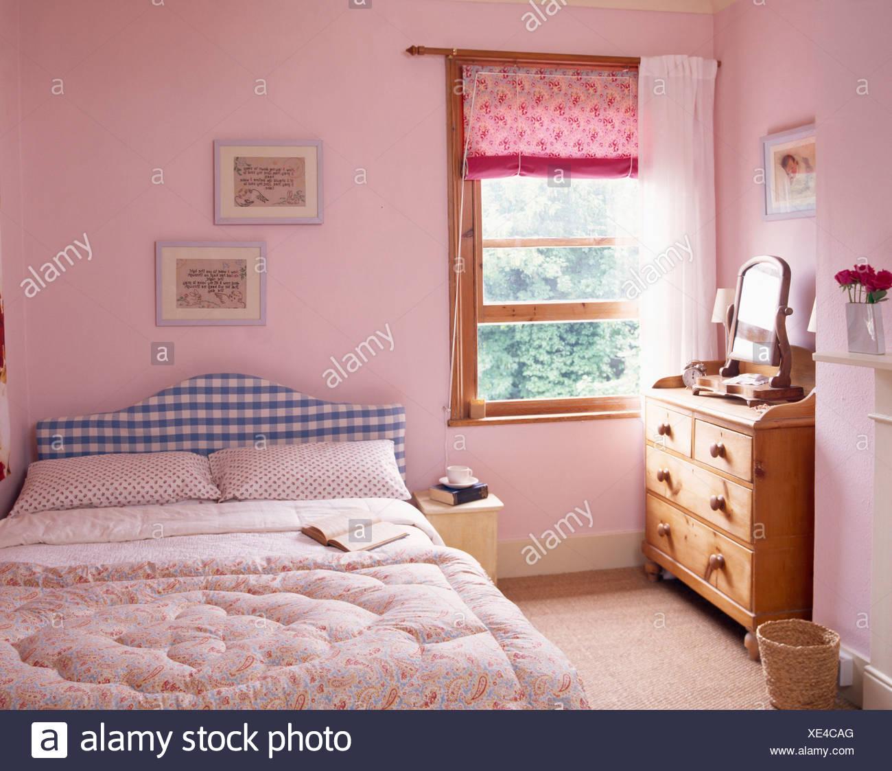 Rosa Blind Und Weißen Vorhang Am Fenster In Pastell Rosa Land Schlafzimmer  Mit Rosa Eiderdaune Auf Bett Mit Blauen Aufgegebenes Kopfteil
