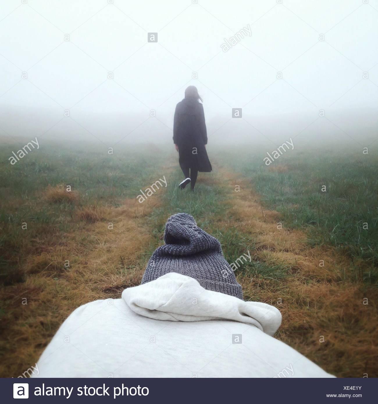 Rückansicht einer Frau zu Fuß auf Landschaft gegen klaren Himmel Stockbild