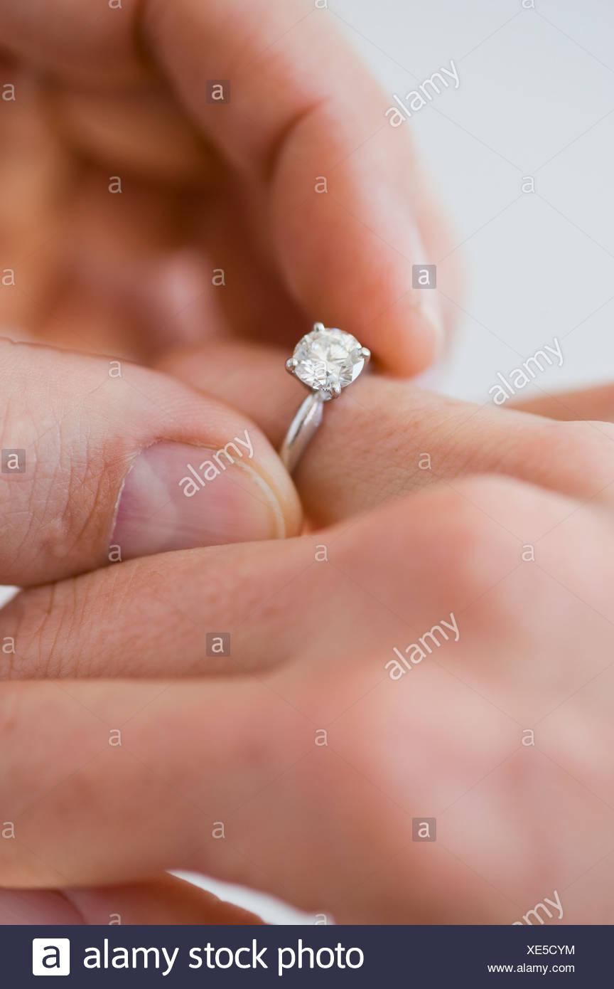 Putting Verlobungsring Am Finger Frau Mann Stockfoto Bild