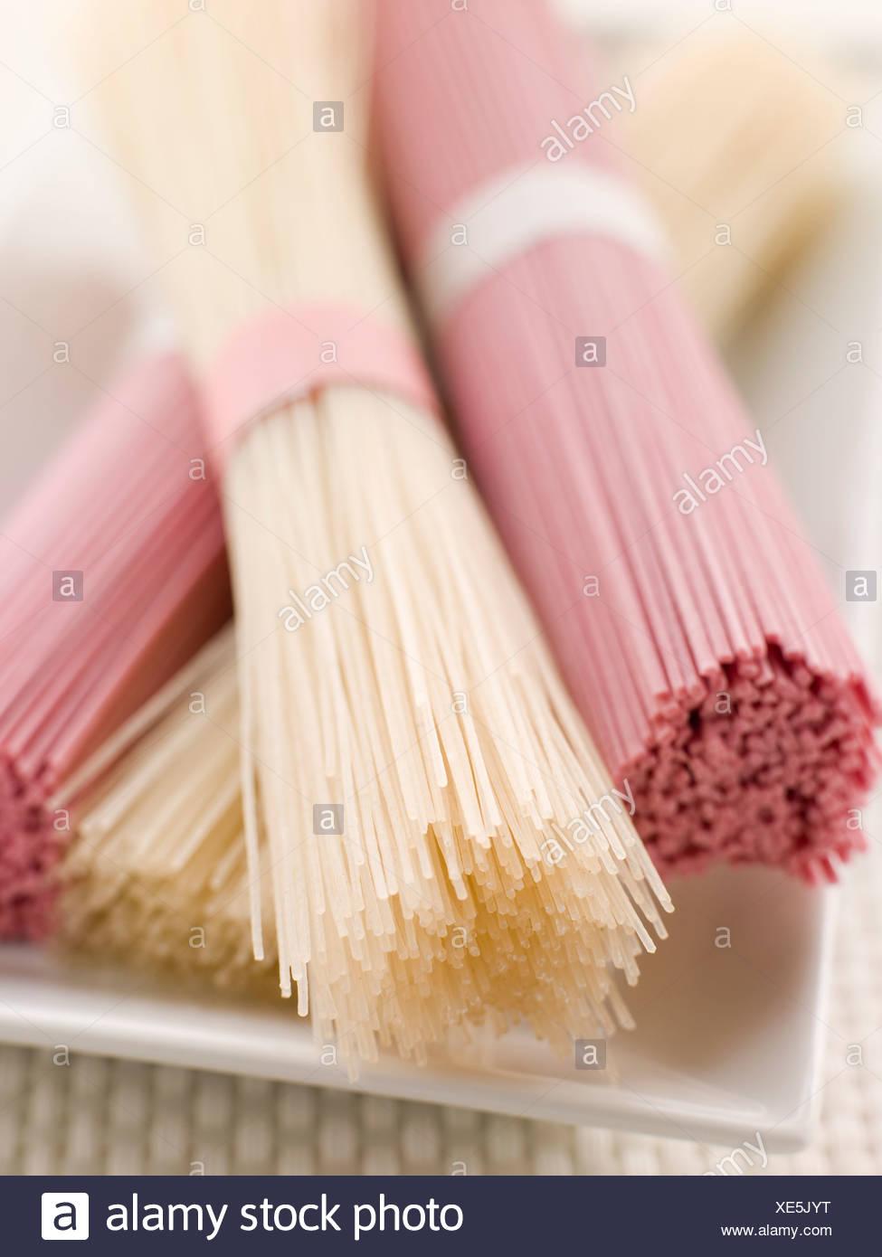 Klar und rosa getrocknet Somen Nudeln Stockbild