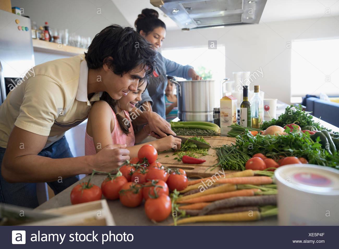 Familie, Kochen, Schneiden von Gemüse in der Küche Stockbild