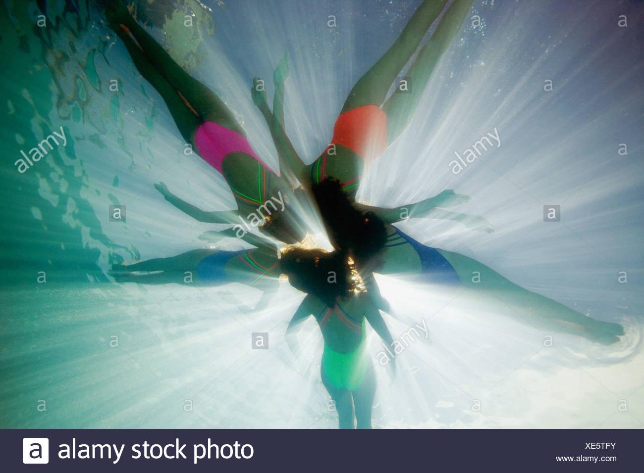 Unterwasser-Aufnahme der Synchronschwimmerinnen Stockbild