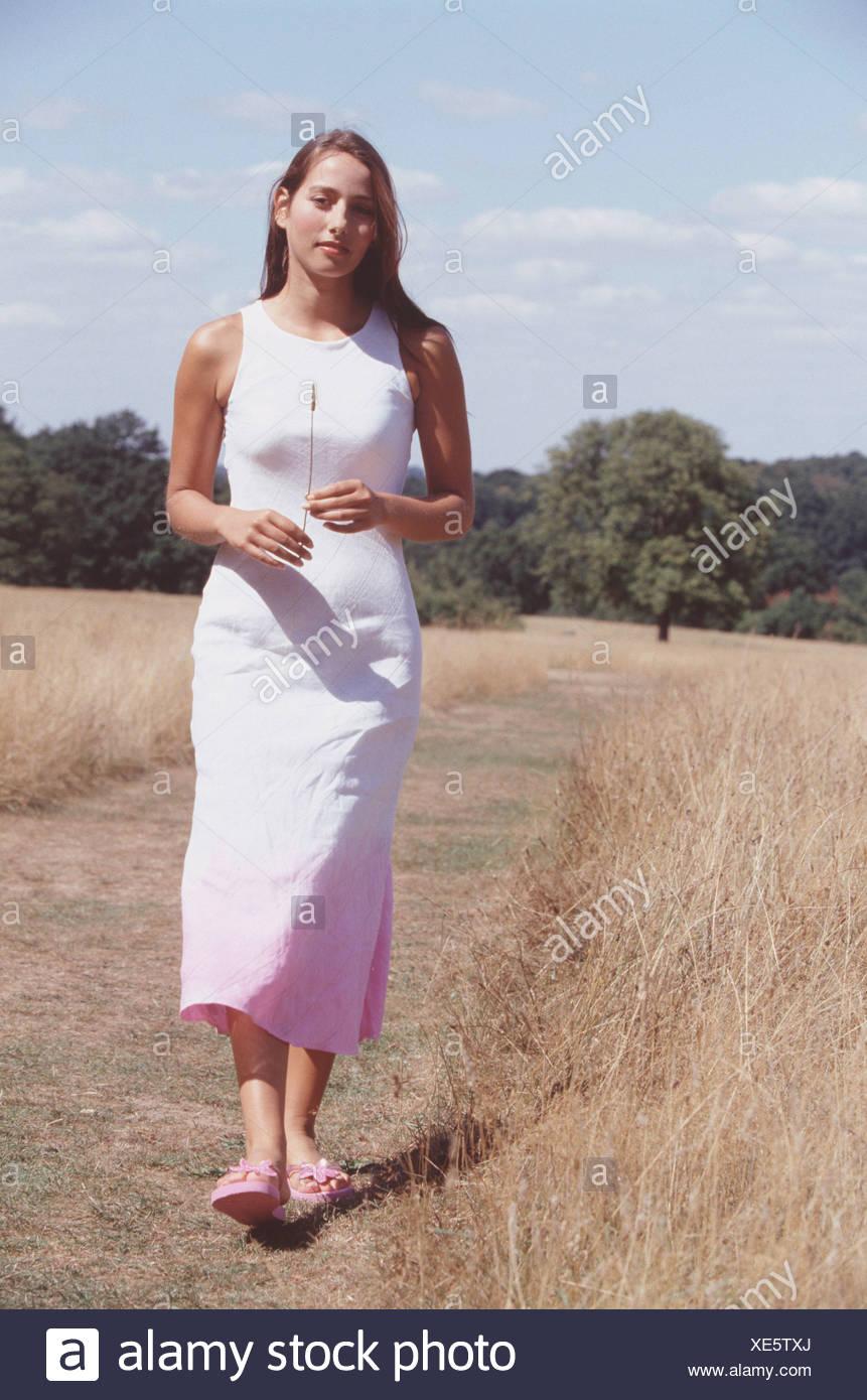 weibliche lange brünette haare, weiße kleid rosa an