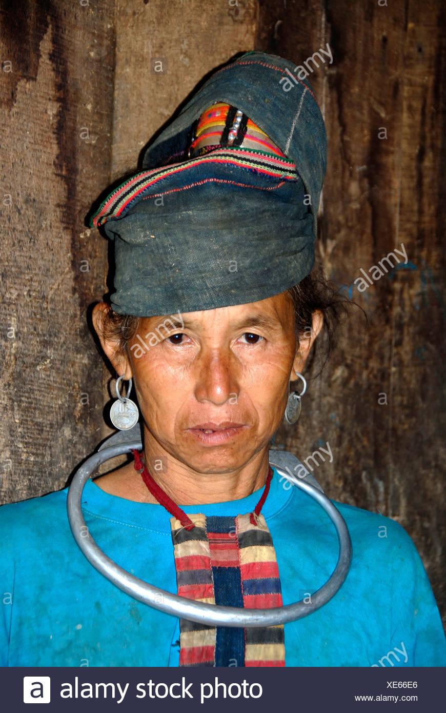 Porträt einer alten Frau des Stammes Akha Pala trägt einen traditionellen Turban und großen silbernen Ring um den Hals, Ban Saenkham Stockbild