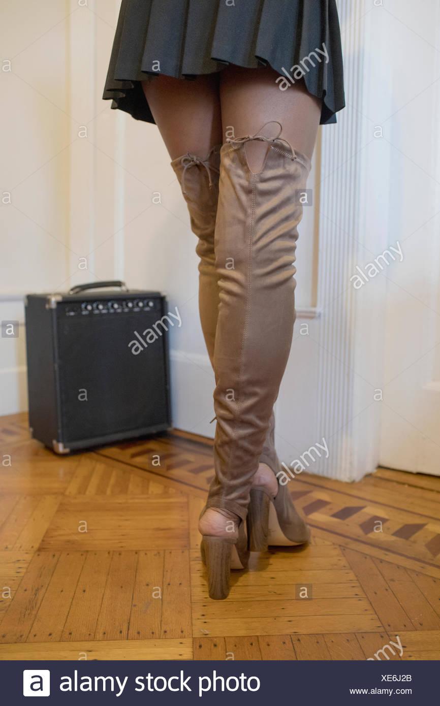 Rückansicht einer Frau trägt Oberschenkel hohe Stiefel