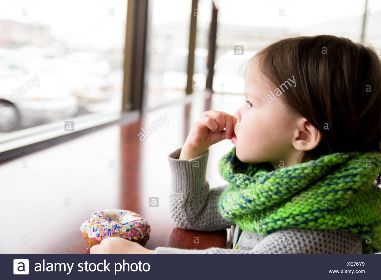 Mädchen mit Donut (2-3 Jahre) Stockbild