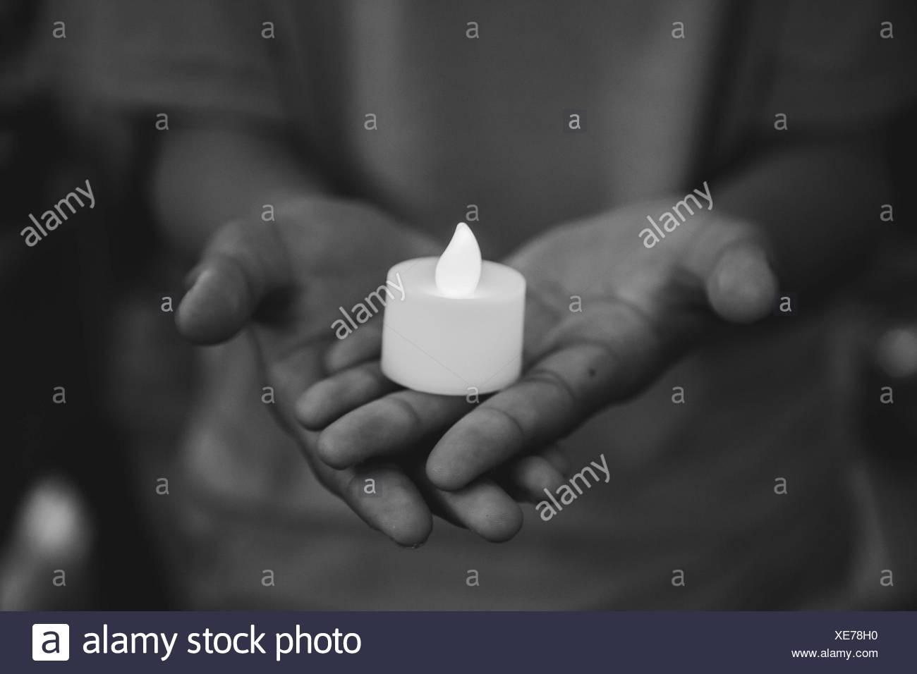 Nahaufnahme der Kerze auf Händen Stockbild