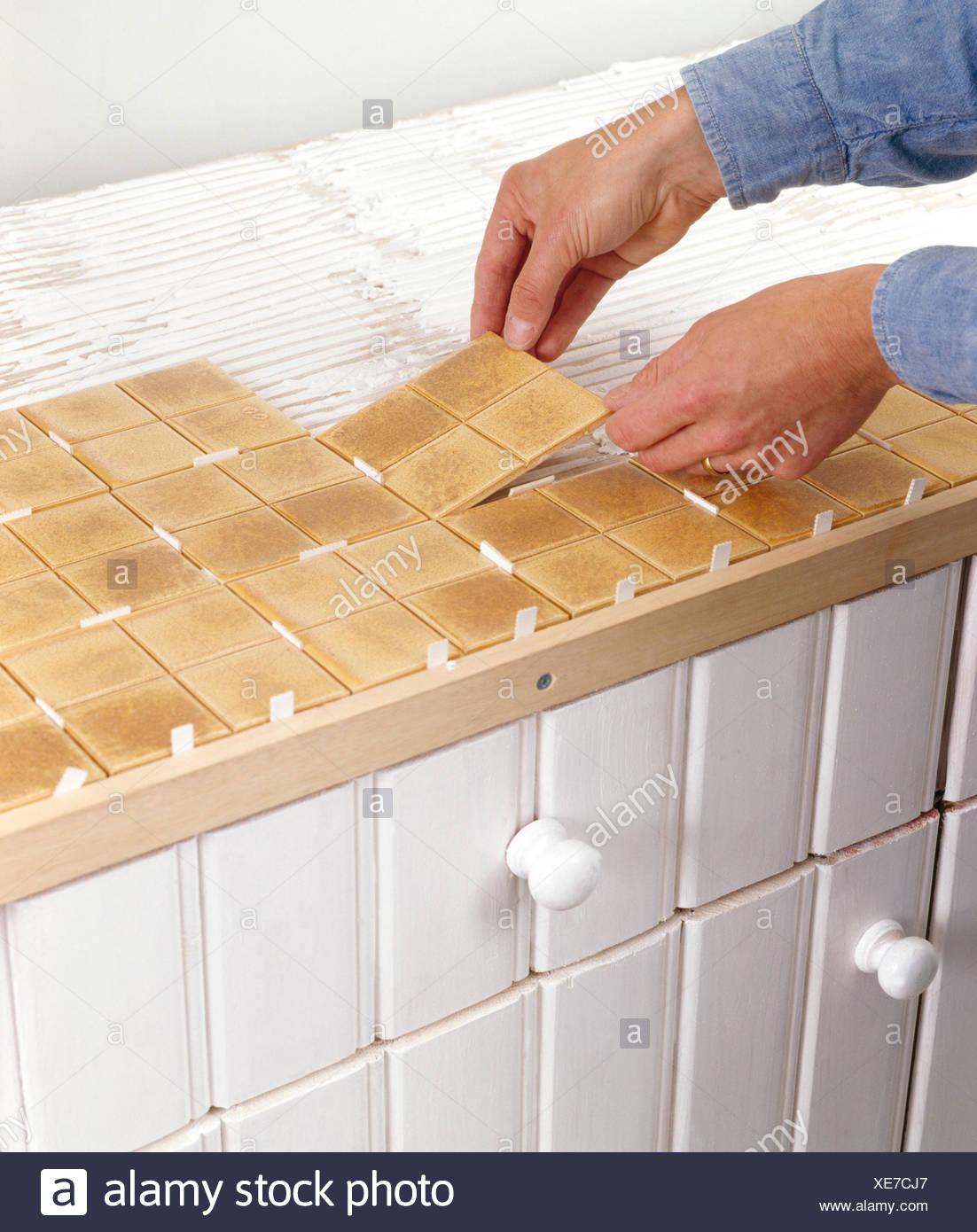 Nahaufnahme Der Hände Eine Küchenarbeitsplatte Fliesen Stockfoto - Küchenarbeitsplatte aus fliesen