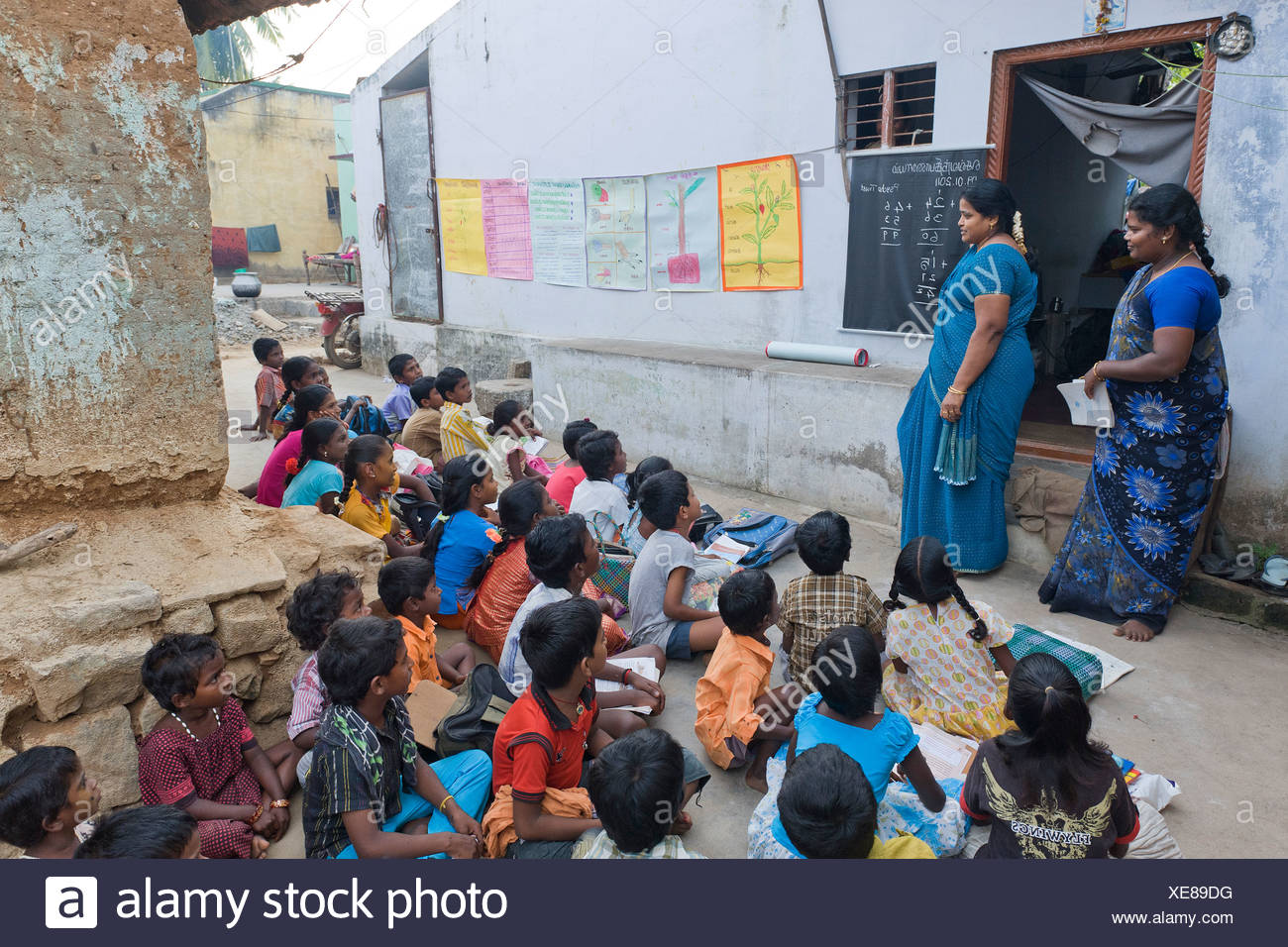 Lehrer und Schüler, Abendschule, Sevandhipalayam in der Nähe von Karur, Tamil Nadu, Südindien, Asien Stockbild