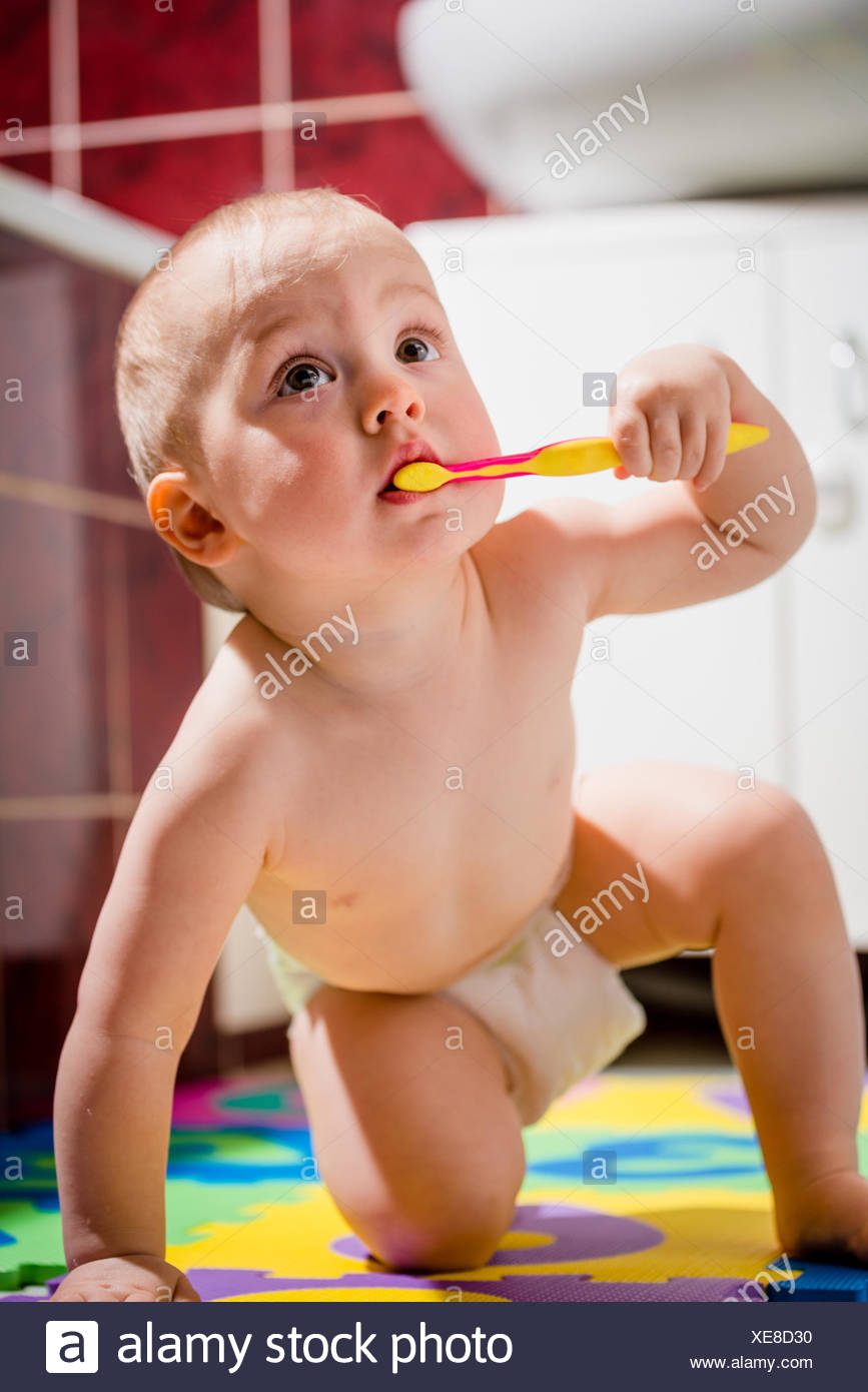 Cute Baby Cleaning Teeth Sitting Stockfotos Cute Baby Cleaning