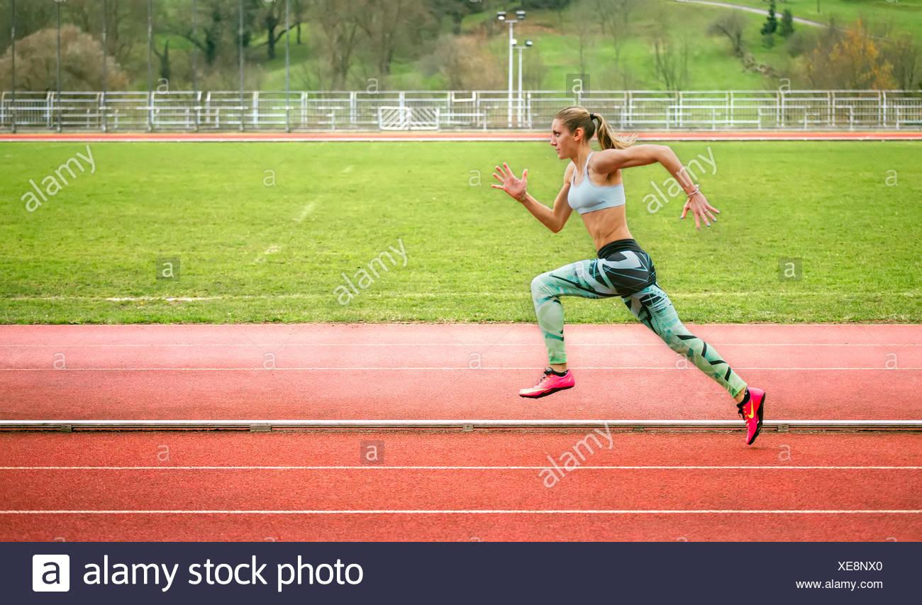 Spanien, Frau läuft auf Rennstrecke Stockbild