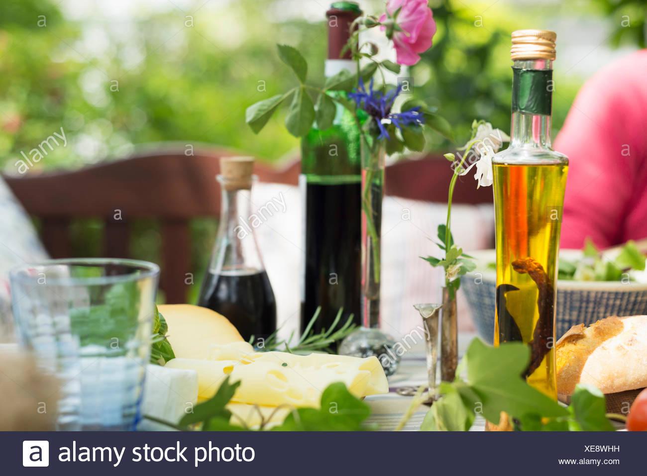 Öle und Essig auf Tisch, Nahaufnahme Stockbild