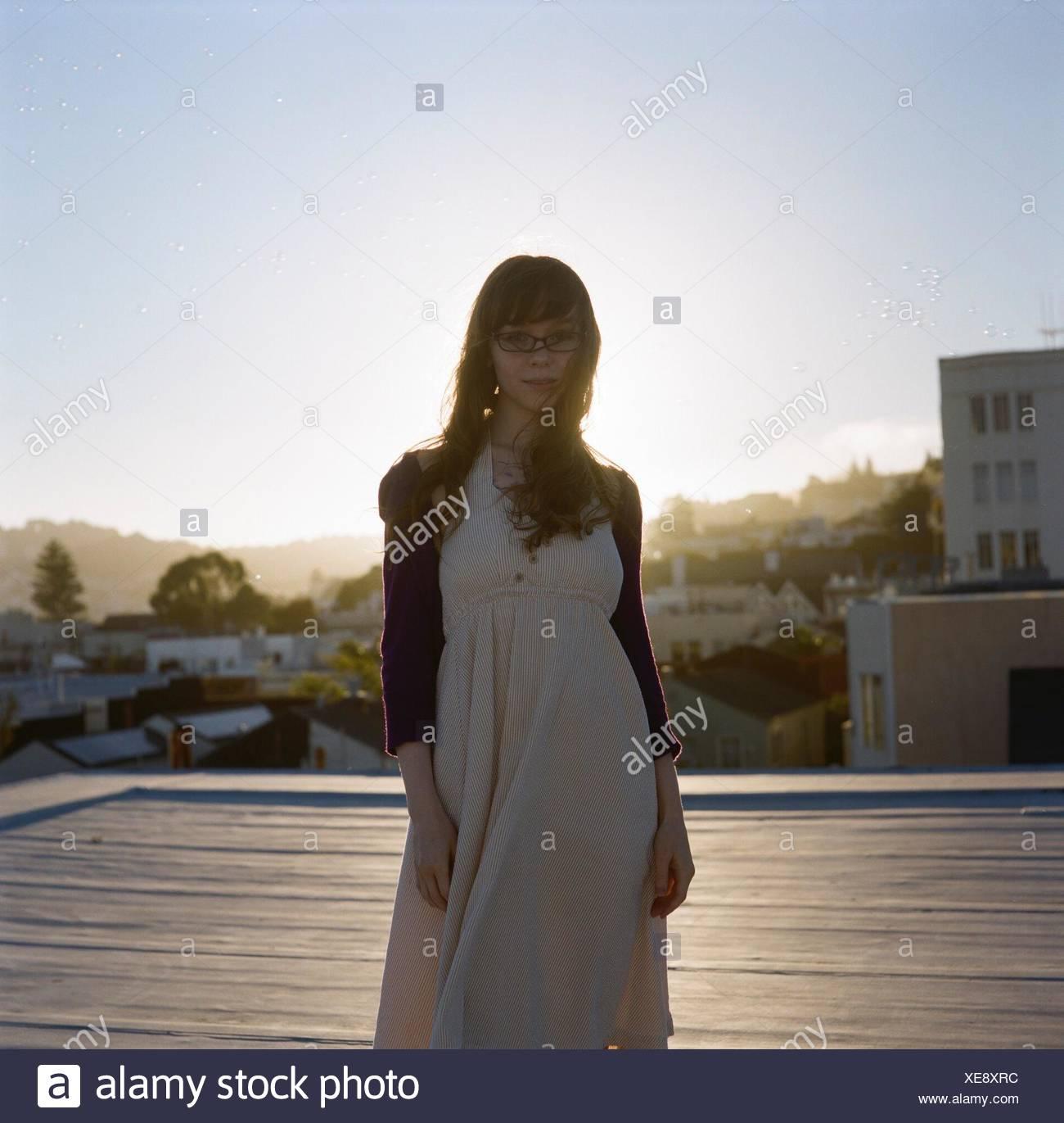 Porträt einer Inhalt jungen Frau steht im freien Stockbild