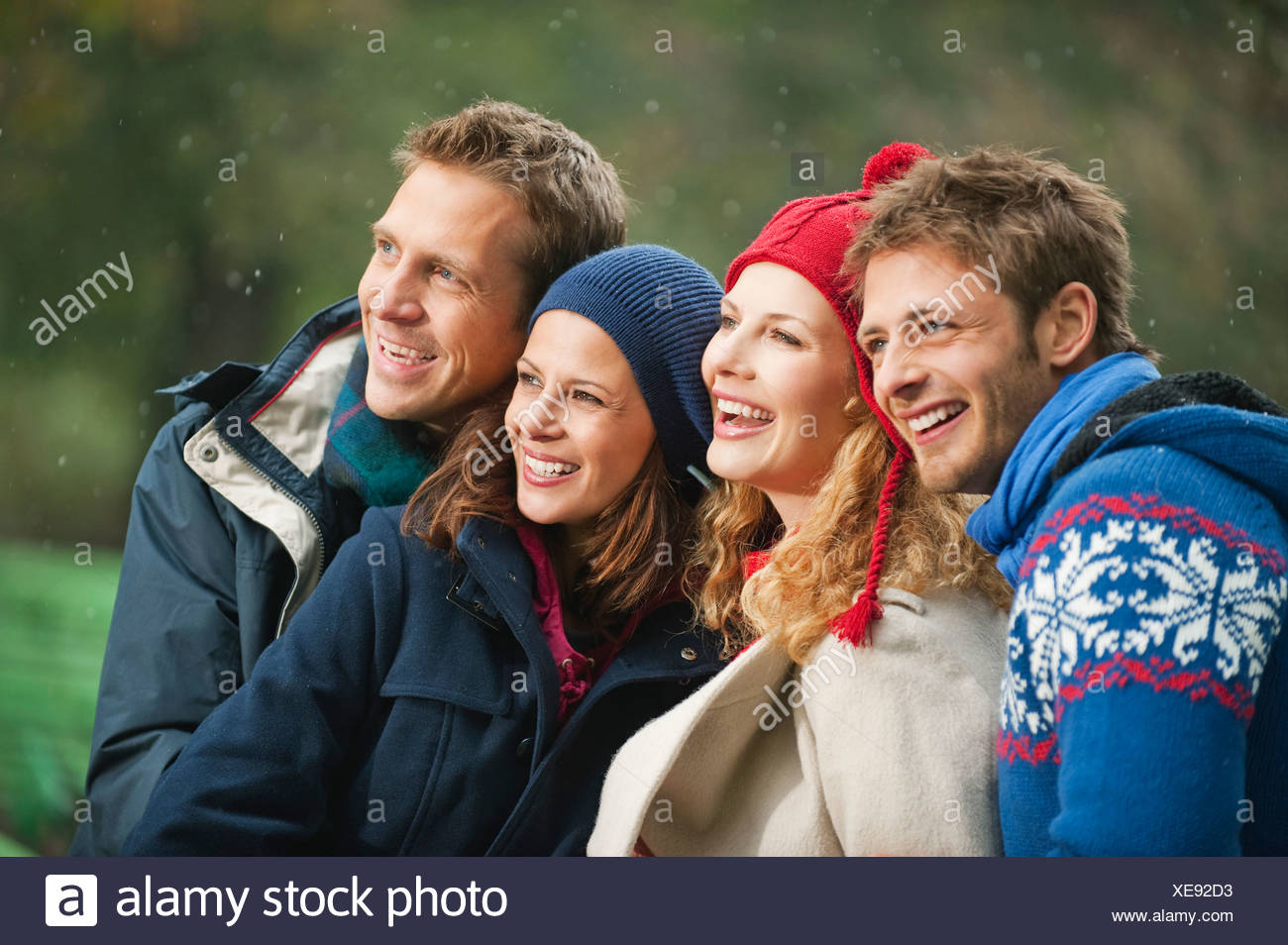 Deutschland, Bayern, englischer Garten, vier Personen lachen, Porträt, Nahaufnahme Stockfoto