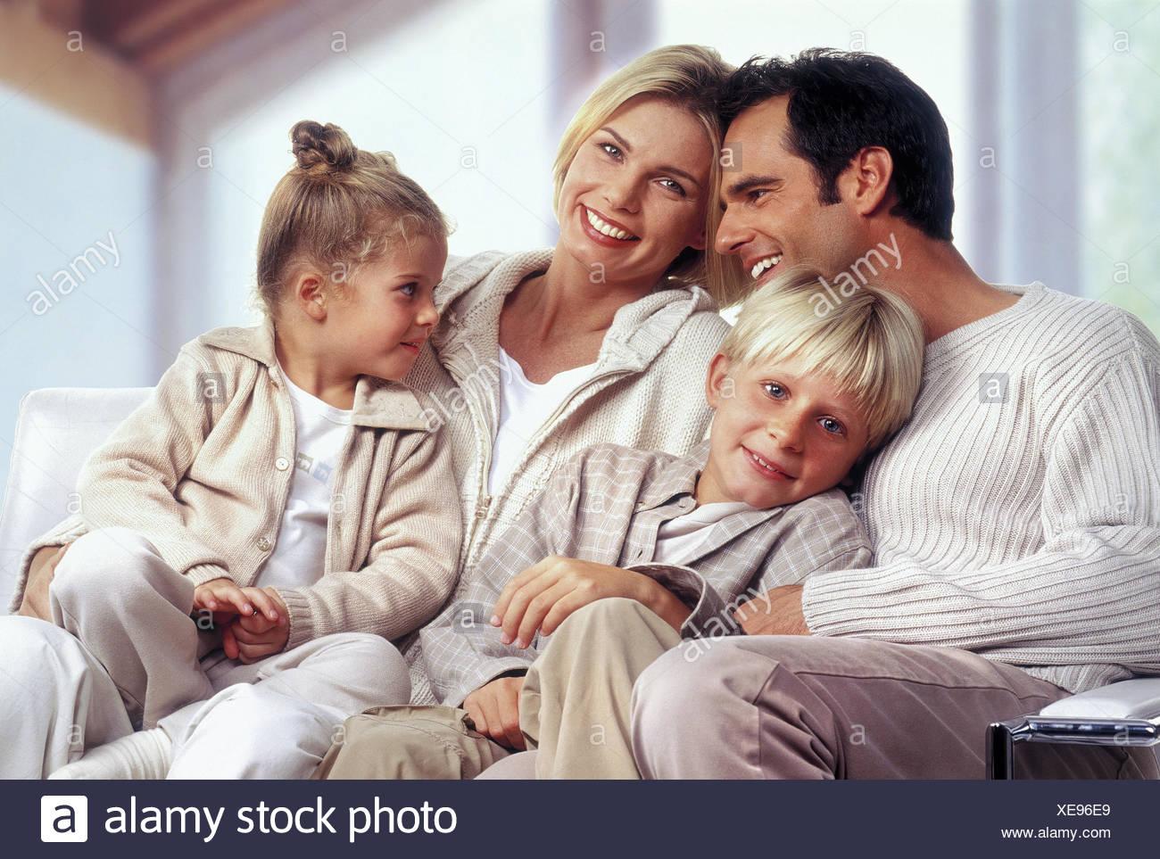 Familie, Couch, lachen, glücklich, kuscheln, harmonisch Familien, paar, Eltern, Kinder, zwei, jungen, Mädchen, Tochter, Sohn, Geschwister, glücklich, Glück, Familie Glück, Harmonie, Freude, Sofa, zusammen, innen, Stockbild