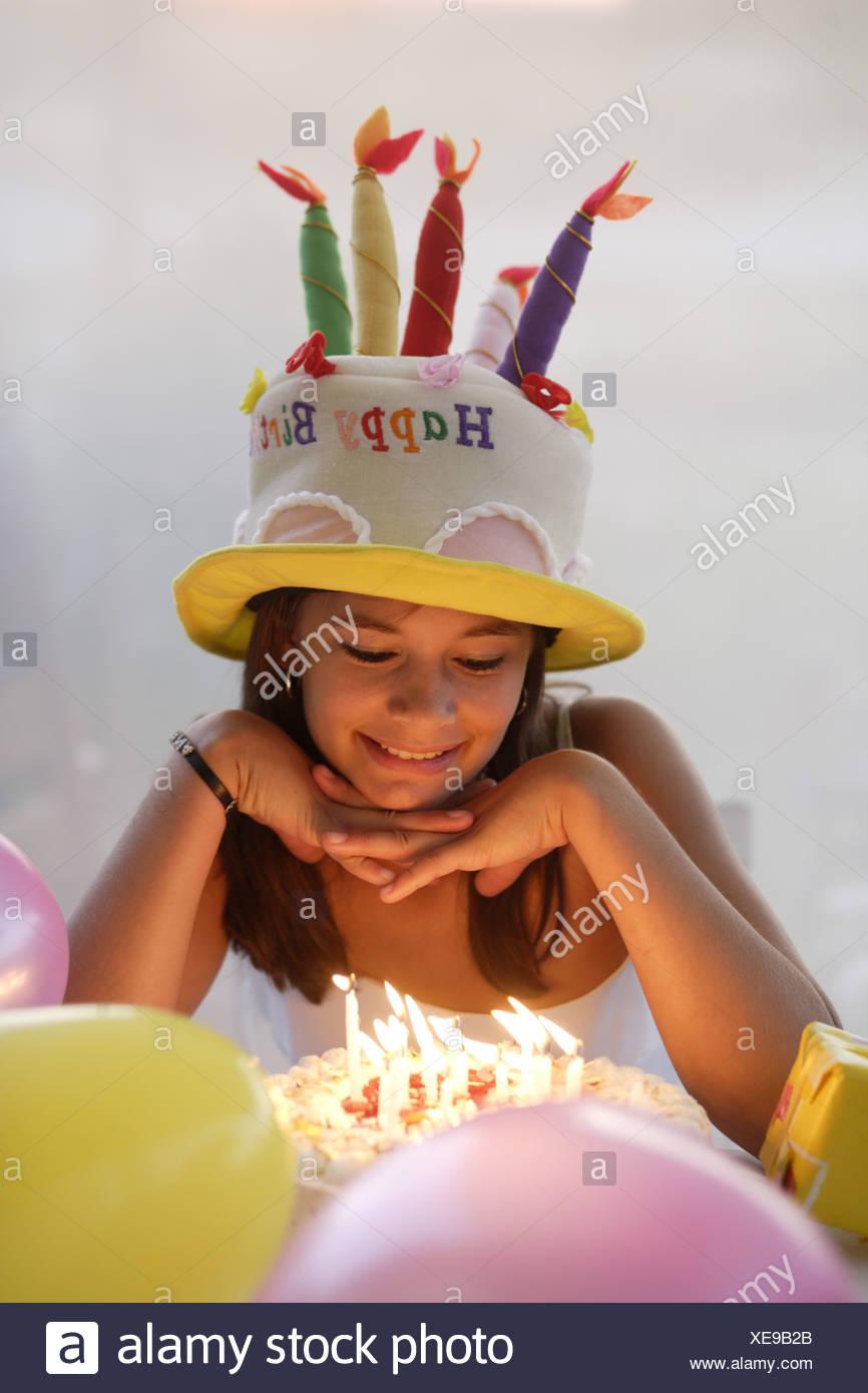 Teenager Mädchen Partyhut Geburtstag Kuchen Geschenk Lächeln Detail