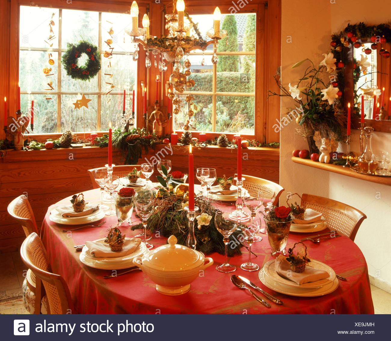 weihnachts tisch mit kerzen und blumen arrangement stockfoto bild 284183329 alamy. Black Bedroom Furniture Sets. Home Design Ideas