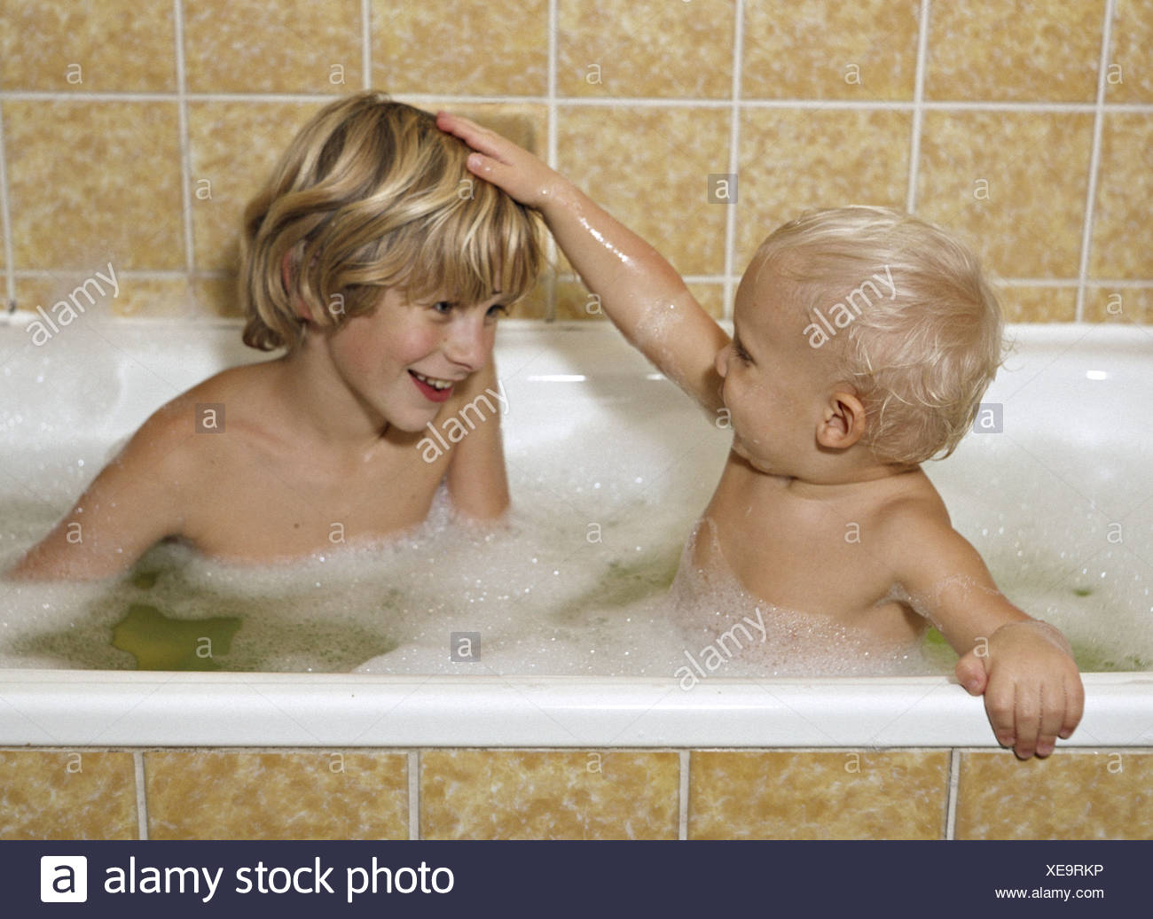 brothers in bathtub little boy stockfotos brothers in bathtub little boy bilder alamy. Black Bedroom Furniture Sets. Home Design Ideas