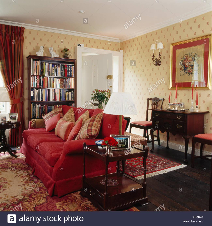 Rotes Sofa Mit Kissen Land Wohnzimmer Mit Gemusterten Tapeten Und