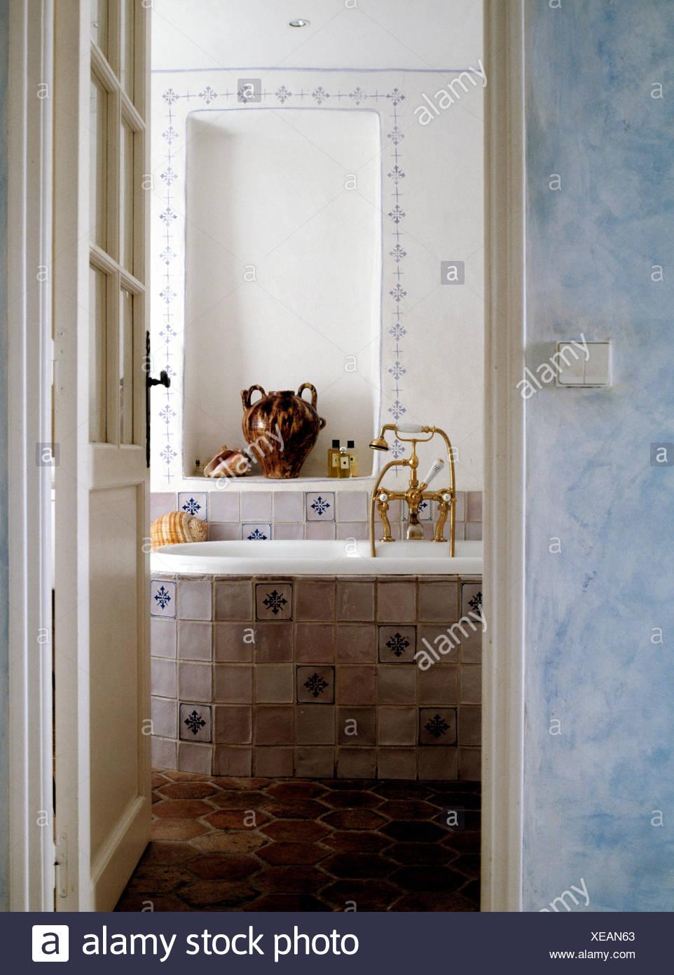 Gentil Tür öffnen, Alkoven über Bad Mit Blau + Weiß Gefliesten Verkleidung In  Französischer Landhaus Badezimmer