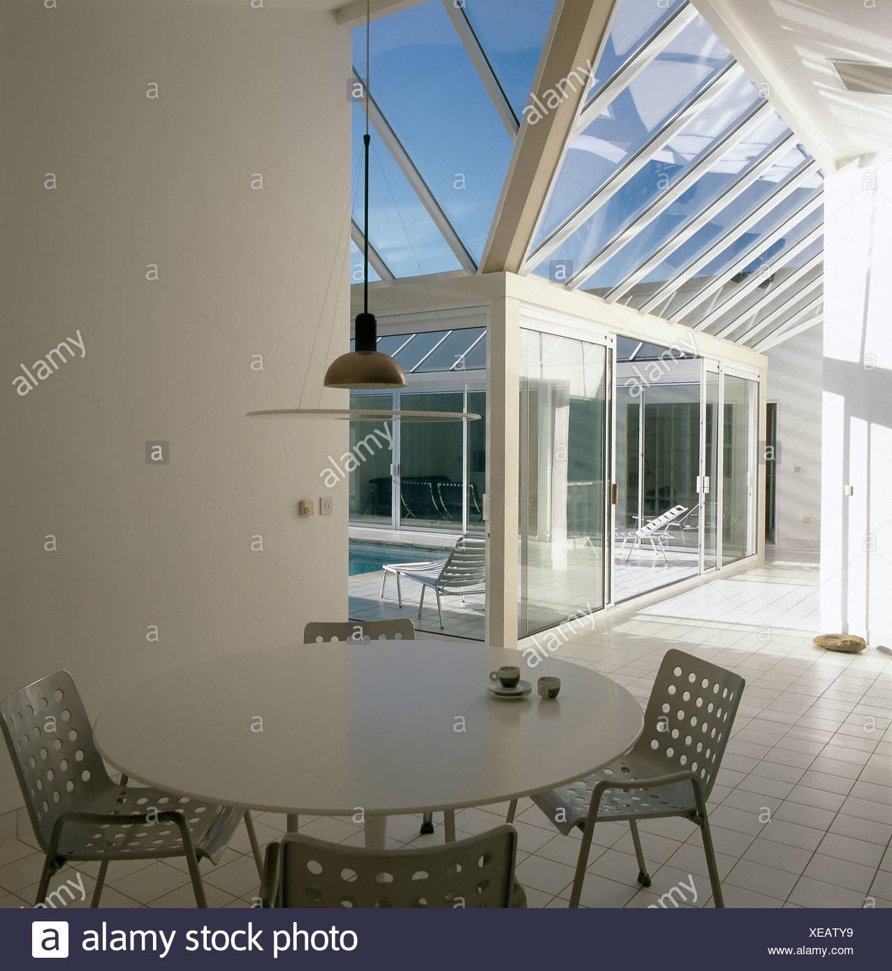 Weißen runden Tisch und Metall OMK Stapelstühle in minimalistische ...
