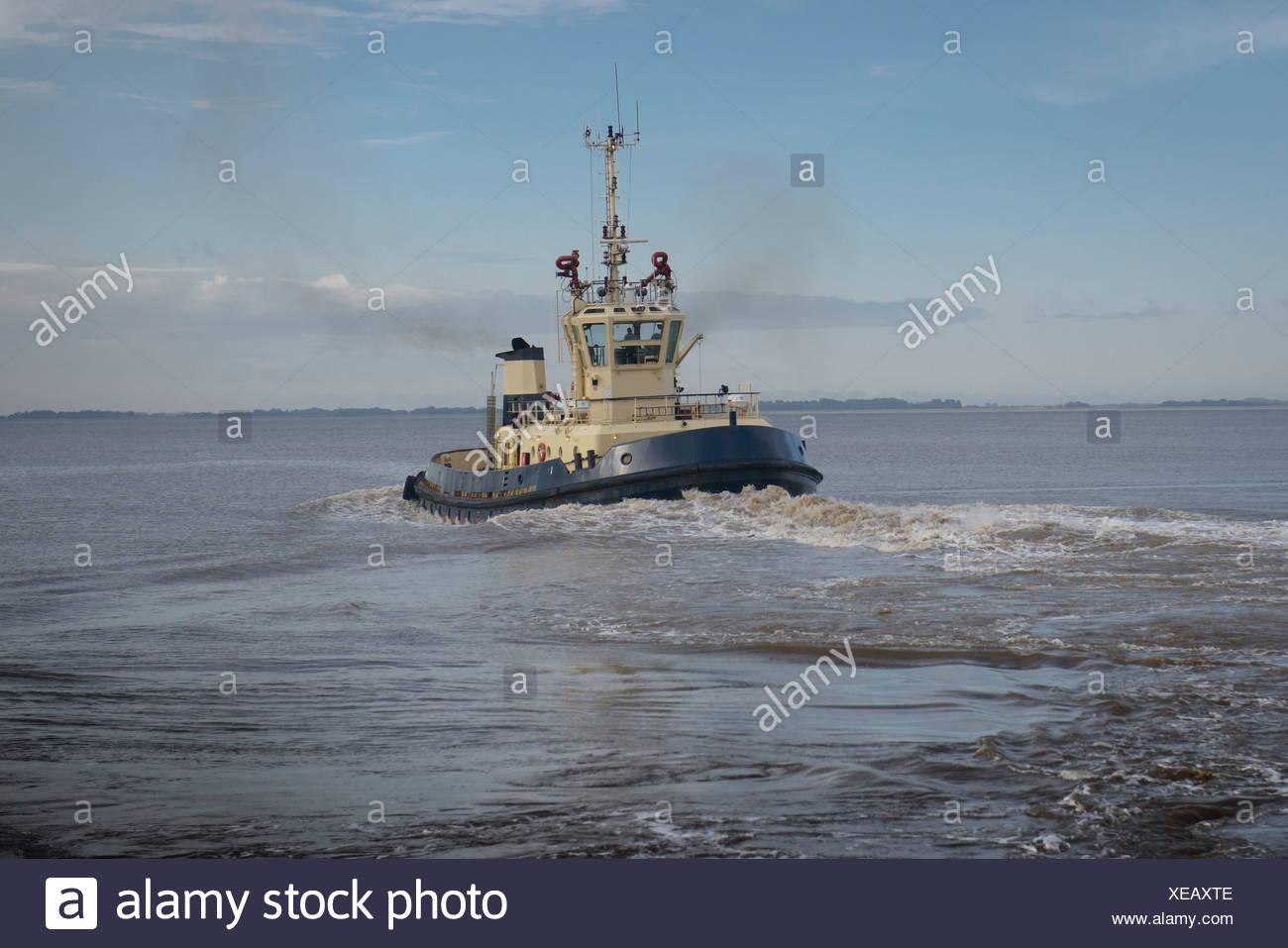 Segeln im Wasser Schlepper Stockbild