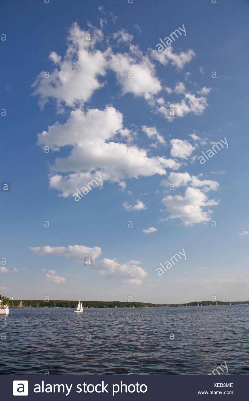 Weiße Wolken vor einem blauen Himmel über dem See Wannsee, Berlin, Deutschland, Europa Stockbild