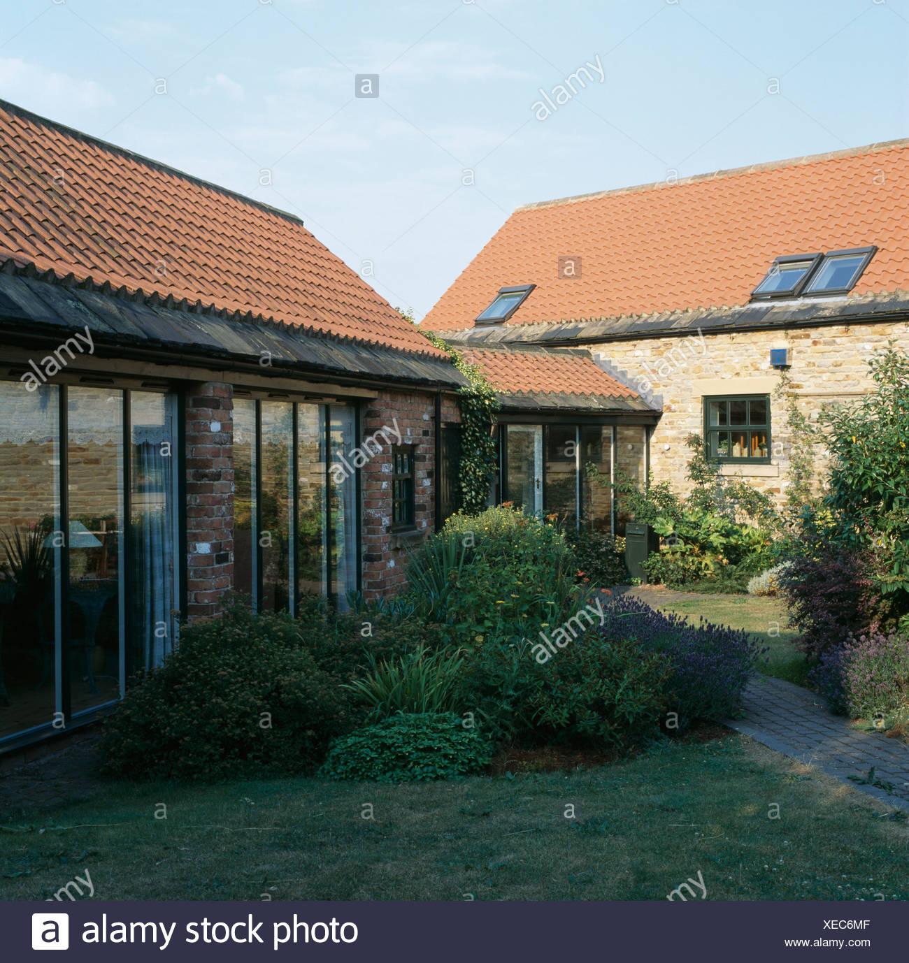 Umgebaute Scheune Mit Kleinen Erweiterung Verknüpfung Konvertiert Kuh  Schuppen Mit Glastüren Stockbild