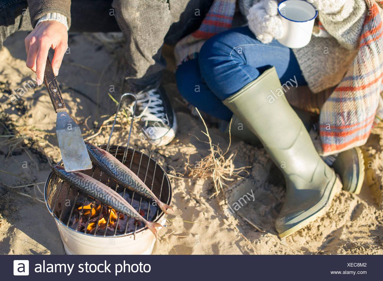 Kochen Fisch am Strand Stockbild