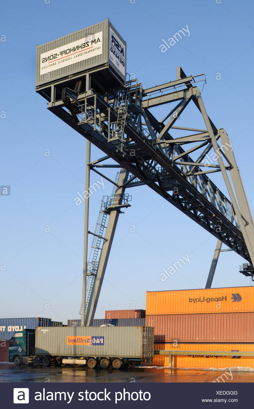 Containerterminal Bonn, LKW mit Container unter Portainer, Bonn Hafen, North Rhine-Westphalia, Germany, Europe Stockbild