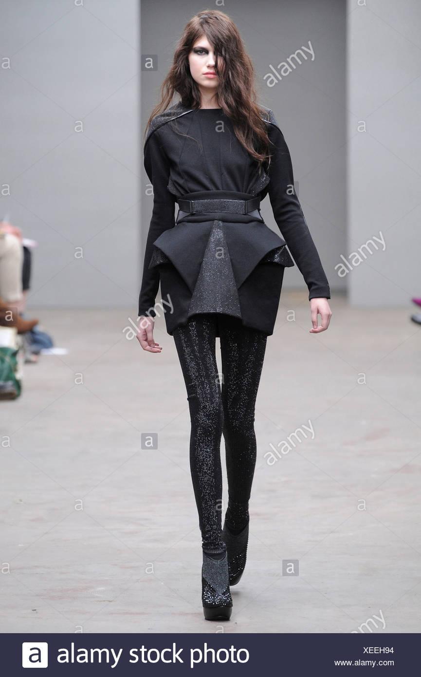 Schwarzes Kleid mit langen Ärmeln, geometrische Rüschen, schwarzen  Strumpfhosen und Stiefeletten grau-Plattform ffda380a77