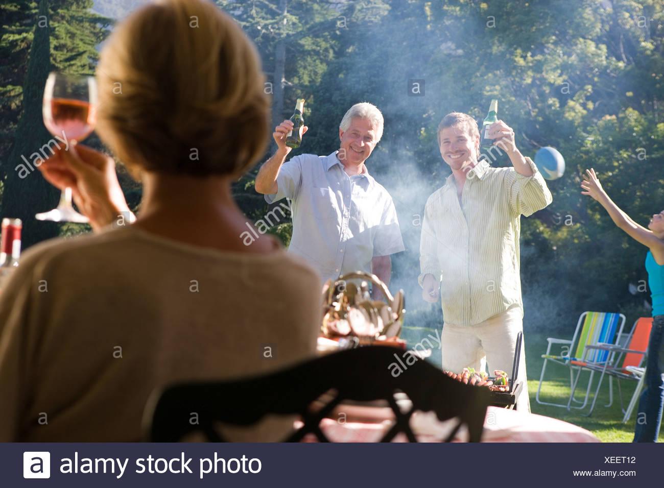 Erwachsene Die Erhöhung Der Weingläser In Toast An Familie Grill Im