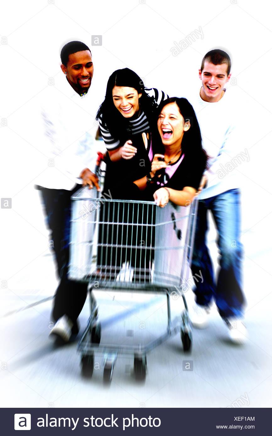 0c09ace1d0 Männer schieben Einkaufen Warenkorb mit Frauen, lachen Stockfoto ...
