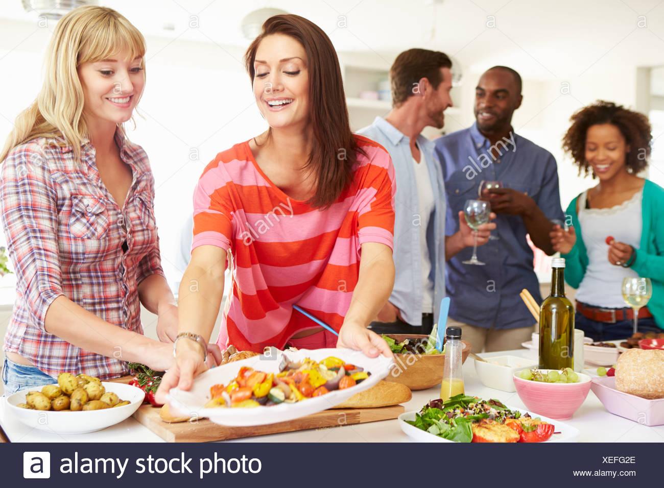 Gruppe von Freunden, die Dinner-Party zu Hause Stockbild
